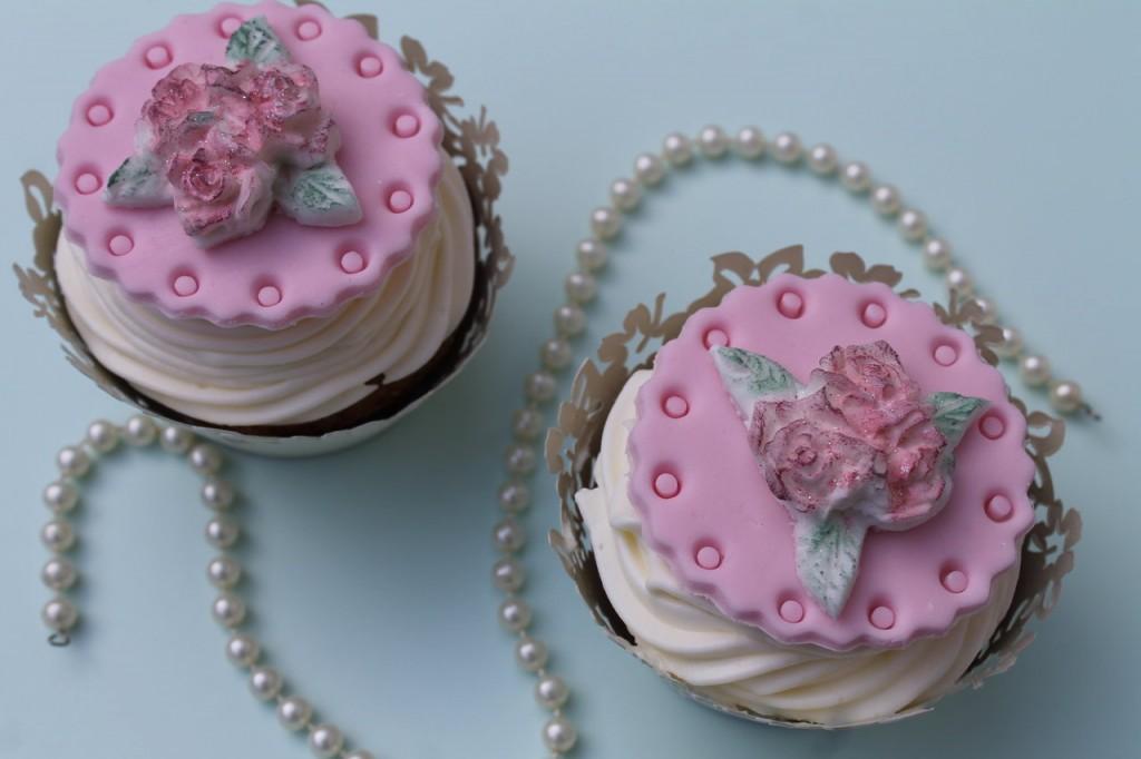 honig frischk se cupcakes mit rosen topper cuplovecake. Black Bedroom Furniture Sets. Home Design Ideas