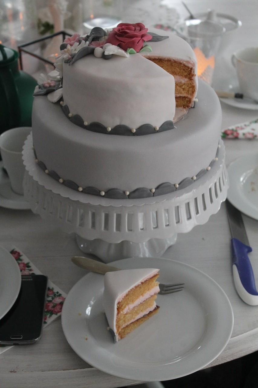der letzte geburtstag mit einer 4 vorn die erste doppeldecker torte cuplovecake. Black Bedroom Furniture Sets. Home Design Ideas