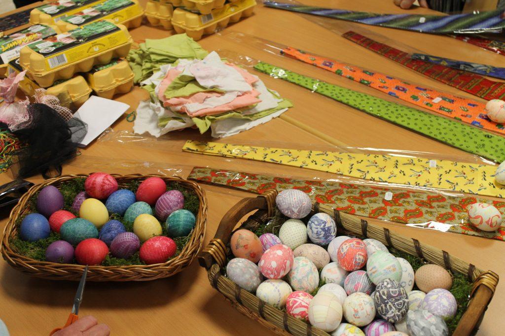 Außergewöhnliche Eierfärbetechniken: Mit Krawatte und Häkeldeckchen ...
